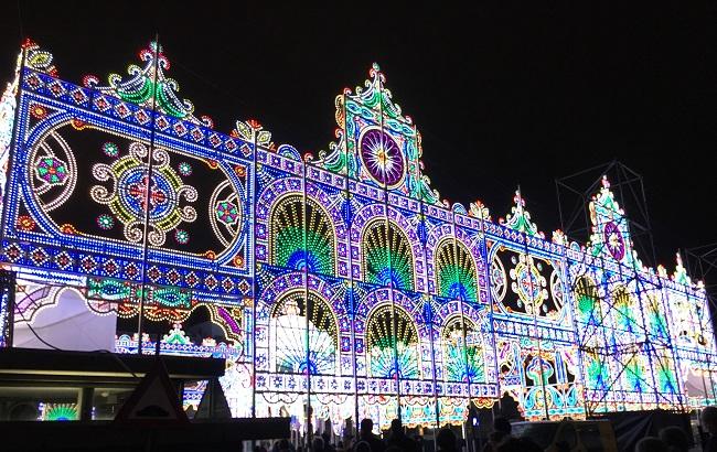 Kom GLOW EIndhoven bezoeken op het stadhuisplein waar dit jaar ook weer een prachtig verlicht kunstwerk staat